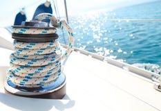 风船绞盘和绳索游艇细节 免版税库存照片