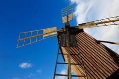 风车低角度视图 免版税库存图片