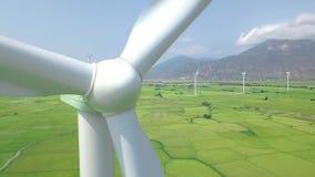 风车力量在能量驻地关闭的涡轮发电机  鸟瞰图在eco能量发电站的风车涡轮 股票录像