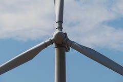 风车反对天空的发电器 关闭 免版税库存图片