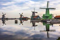 风车反射河Zaan Zaanse Schans村庄荷兰荷兰 库存图片