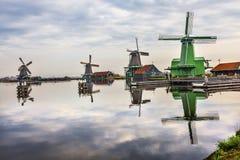 风车反射河Zaan Zaanse Schans村庄荷兰荷兰 图库摄影