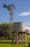 风车和储水箱 库存照片