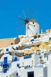 风车和公寓在Oia,圣托里尼,希腊 库存图片