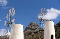 风车和山在克利特,希腊 库存照片