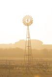 风车和干燥多灰尘的风景 澳洲 免版税库存图片