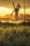 风车和河惊人的风景在黎明在夏天morni 免版税库存照片