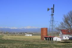 风车和红色和白色谷仓和渴望峰顶 免版税库存照片