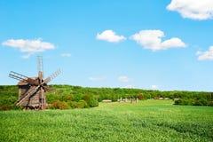 风车和老村庄 免版税库存照片