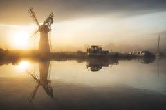 风车和镇静河Stunnnig风景日出的在Summ 免版税库存照片