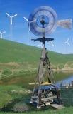 风车和风轮机在路线580在利弗摩尔,加州 图库摄影