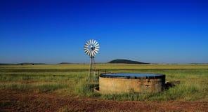 风车和水坝在农田, Freestate省,南非 库存图片