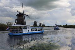 风车和tourboat在小孩堤防,荷兰 免版税库存照片