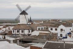 风车在一个老村庄在卡斯蒂利亚拉曼查 免版税库存照片
