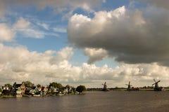 风车在北海的水坝障碍 免版税库存图片