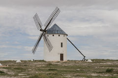 风车在卡斯蒂利亚拉曼查 免版税库存照片