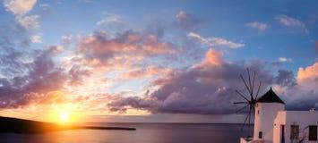 风车在圣托里尼的,希腊Oia村庄,日落的 免版税图库摄影