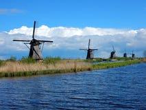 风车在小孩堤防荷兰 免版税库存照片