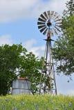 风车在小山顶部在南得克萨斯 库存图片
