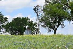 风车在小山顶部在南得克萨斯 免版税库存图片