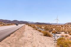 风车在干燥沙漠在南加州美国在明亮的热的天在夏天 库存照片