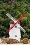 风车在庭院里。 图库摄影