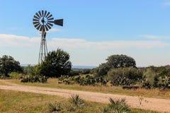 风车在得克萨斯小山国家 免版税库存图片