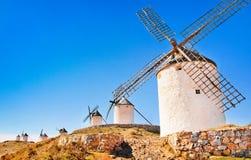 风车在日落的Consuegra,安大路西亚,西班牙 免版税库存照片