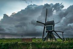 风车在有接近的雷暴的荷兰 库存图片