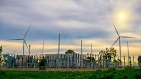 风车在泰国种田和电力生产设备 免版税库存照片