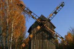 风车在秋天 免版税库存照片