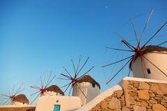 风车在米科诺斯岛,日落的希腊 免版税库存照片