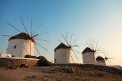 风车在米科诺斯岛,日落的希腊 免版税库存图片
