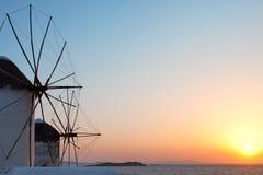 风车在米科诺斯岛,日落的希腊 图库摄影