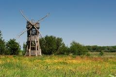 风车在草甸喜欢观点 免版税图库摄影