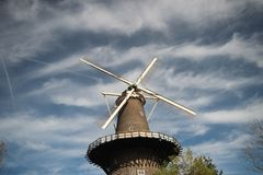 风车在莱顿的中心在有天空蔚蓝和白色云彩的荷兰 库存照片