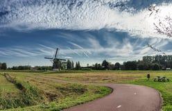 风车在赖斯韦克NL附近的Hoekpolder 库存照片