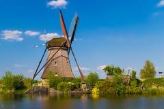 风车在运河反射了在小孩堤防,荷兰 免版税库存图片