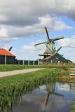 风车在通道的水中反射了 库存照片