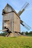 风车在露天博物馆在奥尔什蒂内克(波兰) 免版税库存照片