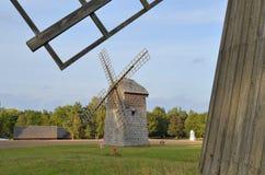 风车在露天博物馆在奥尔什蒂内克(波兰) 库存照片