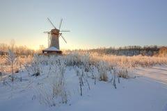 风车在领域的冬天早晨 库存图片