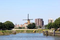 风车在从Nieuwe看见的Delfshaven马斯,荷兰 免版税图库摄影