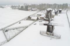 风车在Angla萨列马岛爱沙尼亚 库存图片
