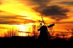 风车在Aschwarden,日落 免版税库存图片