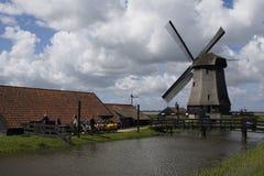 风车在Leegwater Schermer荷兰土地  图库摄影
