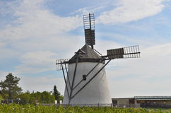 风车当前是唯一的运转的风车  免版税库存图片
