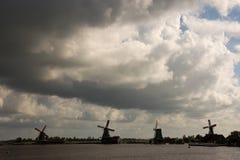 风车抑制在北海彼德森荷兰的障碍 免版税图库摄影