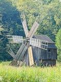 风车接近的,绿色森林,狂放的植被 库存照片