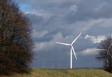 风车涡轮引起绿色能量 库存照片